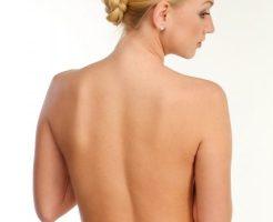 背中脱毛した女性の背中