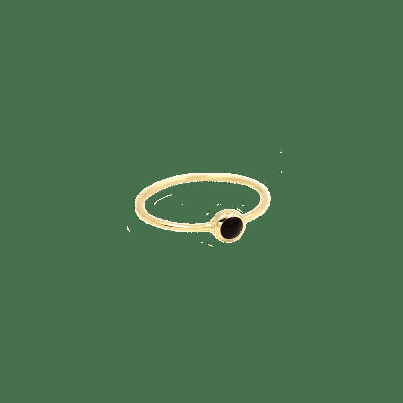 Sortija dorada finita con piedra negra en la parte central