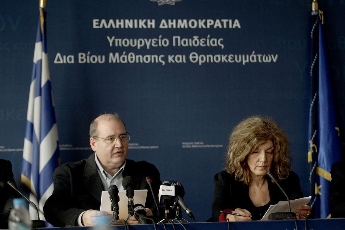 O υπουργός Παιδείας, Έρευνας και Θρησκευμάτων Νίκος Φίλης (Α) με την αναπληρώτρια υπουργό Παιδείας,  Έρευνας και Θρησκευμάτων Σία Αναγνωστοπούλου (Δ), μιλούν στους δημοσιογράφους κατά τη διάρκεια  συνέντευξη τύπου στο υπουργείο Παιδείας, Έρευνας και Θρησκευμάτων στο Μαρούσι, την Πέμπτη 26 Νοεμβρίου 2015.  ΑΠΕ-ΜΠΕ/ΑΠΕ-ΜΠΕ/ΑΛΕΞΑΝΔΡΟΣ ΒΛΑΧΟΣ