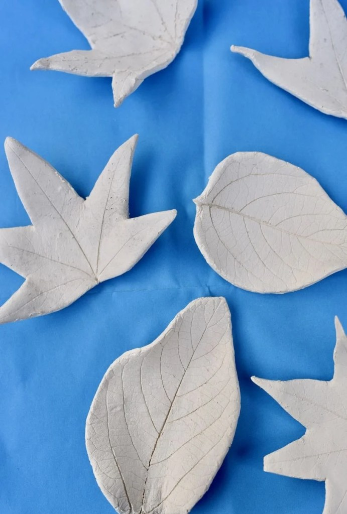Clay leaf bowls tutorial, perfect for fall! Make these gorgeous clay bowls out of air dry clay. SO easy it makes a great fall kids craft too.