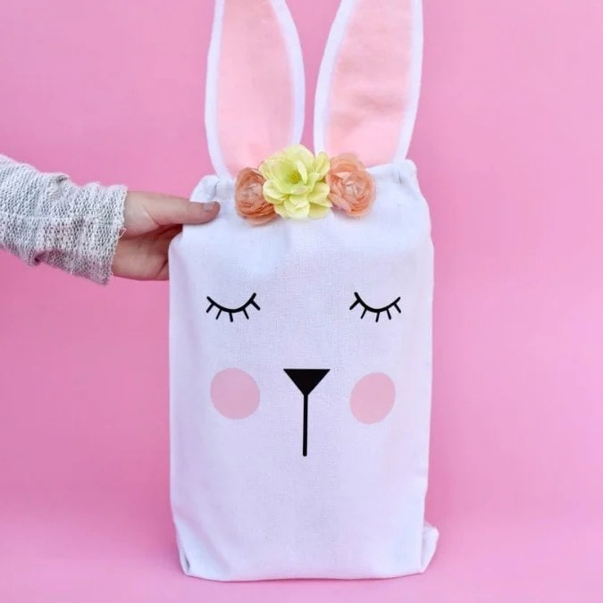 Easter bunny bag tutorial. Make this darling Easter bunny bag with a Cricut machine and heat transfer vinyl + FREE cut file!