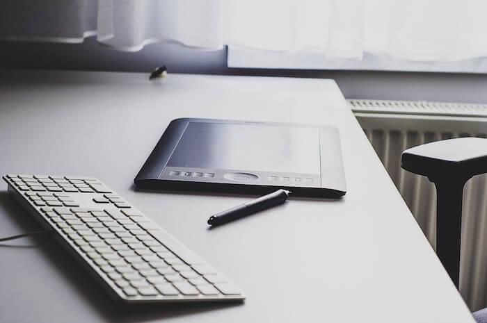 Ein Wacom-Tablet neben einer Mac-Tastatur.