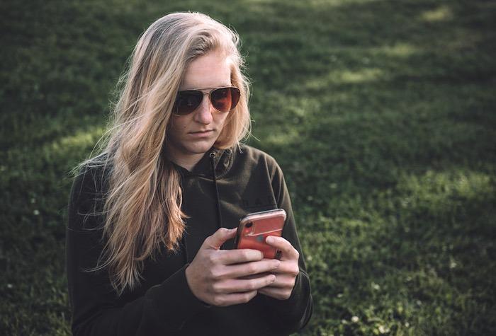 SMS-Nachrichten umgeleitete Frau