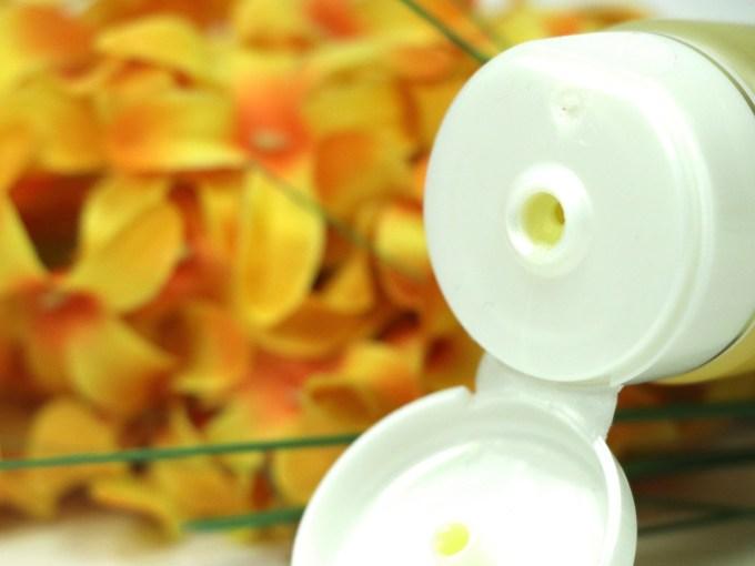 Lever Ayush Anti Pimple Turmeric Face Wash Review cap