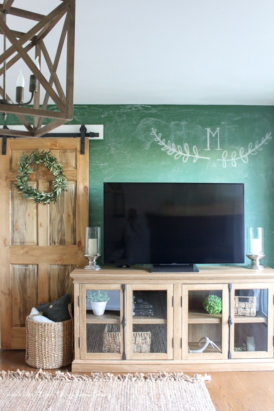 Farmhouse Style Family Room | www.makingitinthemountains.com