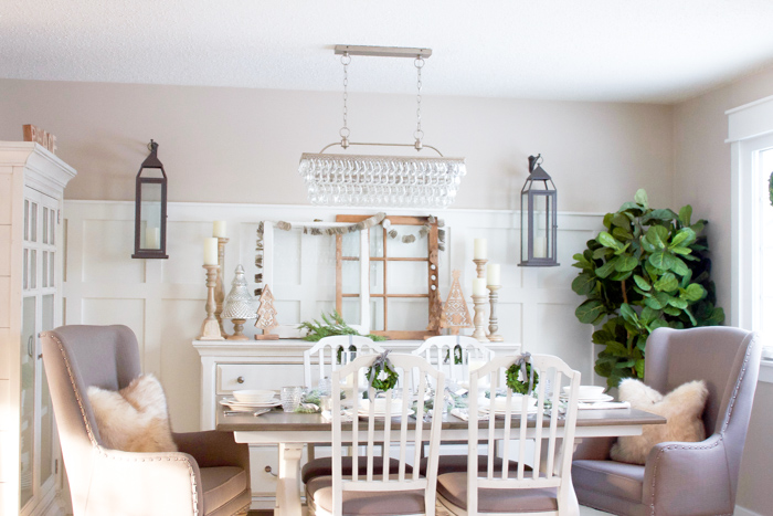 This farmhouse Christmas Dining Room looks so perfectly cozy for the holidays!   www.makingitinthemountains.com