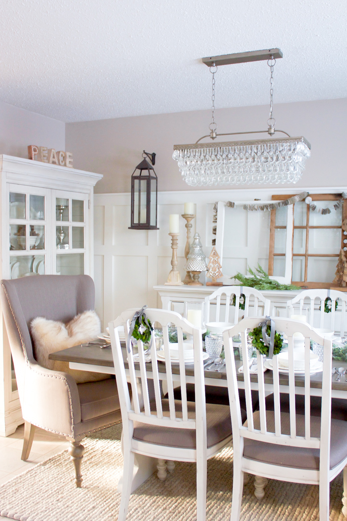 This Farmhouse Christmas Dining Room Looks So Perfectly Cozy For The  Holidays! | Www.