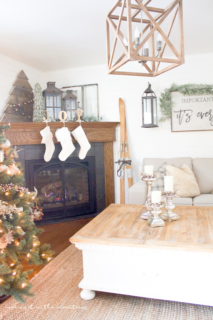 This farmhouse Christmas family room looks SO cozy and inviting! What a lovely space to spend the holidays!