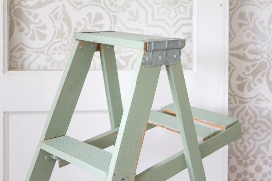 This vintage painted ladder is SO full of charm and, whether as a plant stand, night table or blanket ladder, there are truly so, so many ways to put it to work! | www.makingitinthemountains.com