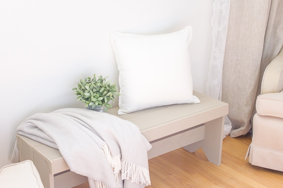 Who knew it could be so easy to build your own DIY farmhouse style bench! | www.makingitinthemountains.com