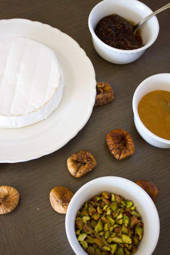 This fig + pistachio baked brie is amazingly delicious and SO easy to make! | www.makingitinthemountains.com