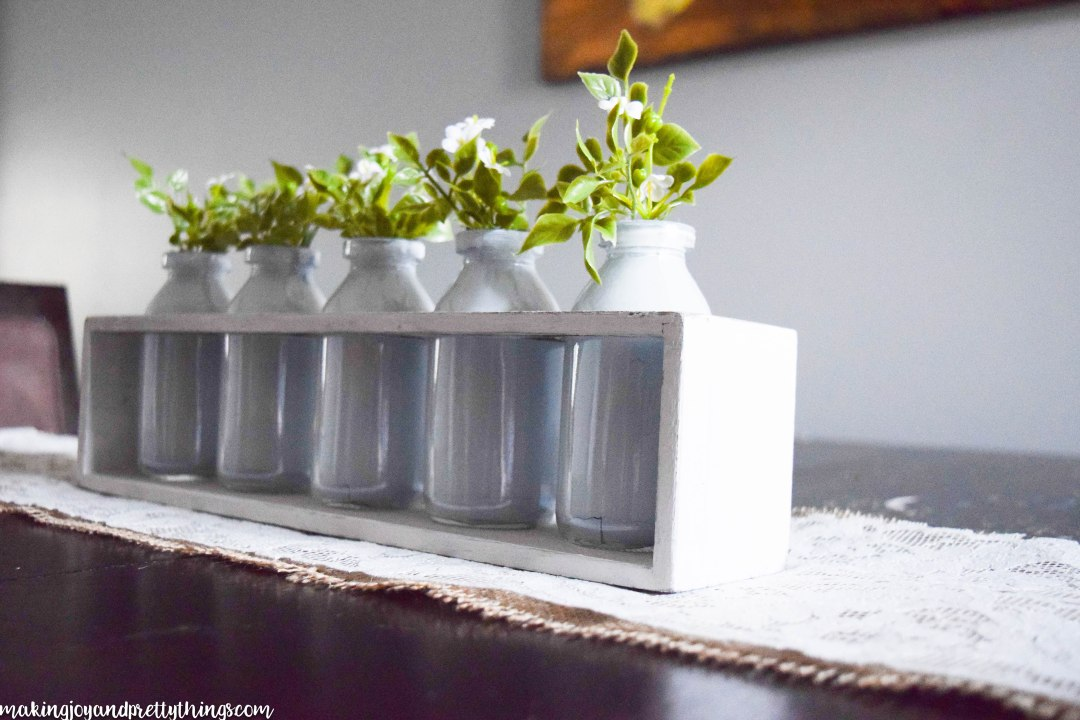 Simple Summer Farmhouse Centerpiece. This is so pretty and an easy DIY to add farmhouse style and fixer upper style to your home. Summer DIY decor project plus links to other great summer DIY decor projects!