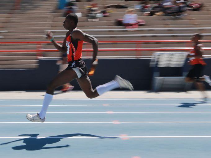 Fabian Edoki races in the 4x100m relay. (Photo Credit: El Paso Times)