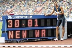 Wayde Van Niekerk shatters 17-year old 300m WR in Ostrava