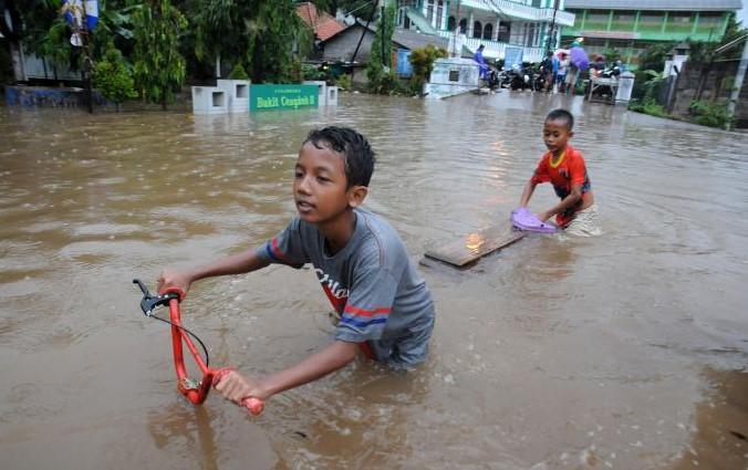 10 Kelakuan Lucu Korban Banjir Jakarta yang Terekam Video