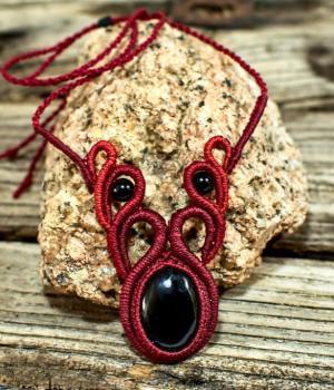 Collar étnico de colores rojos con Onix Negro
