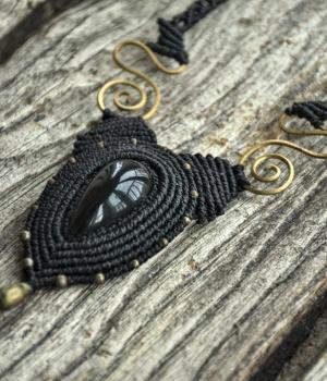 Collar de macrame con Obsidiana y espirales de bronce