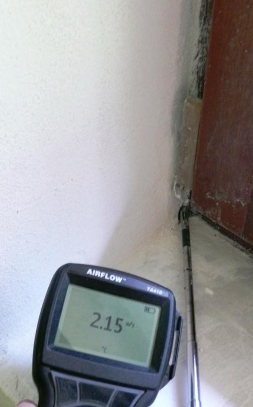 Rýchlosť prúdenia vzduchu 2,15 m/s cez zle prevedenú pripojovaciu špáru.