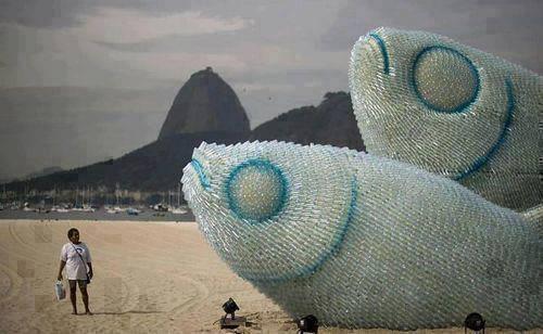 sadece plastik siselerden yapilmis balik heykeli - İlginç Fotoğraflar -1