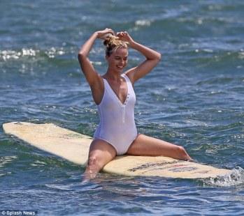 Margot-Robbie-Surf-Ogreniyor-3
