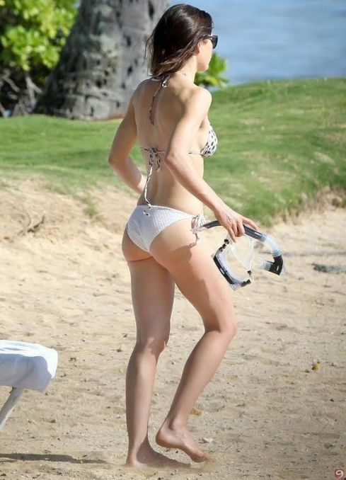 Jessica-Biel-Bikini-at-the-Beach-in-Hawaii