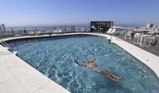 Un turista se baña solo en la piscina de un hotel en Málaga este verano.