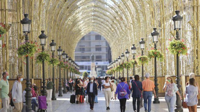 Las luces de Navidad ya visten la calle Larios de Málaga