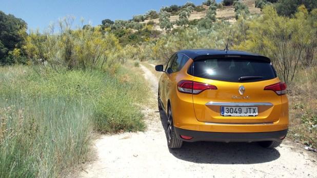 Renault Scenic en carril