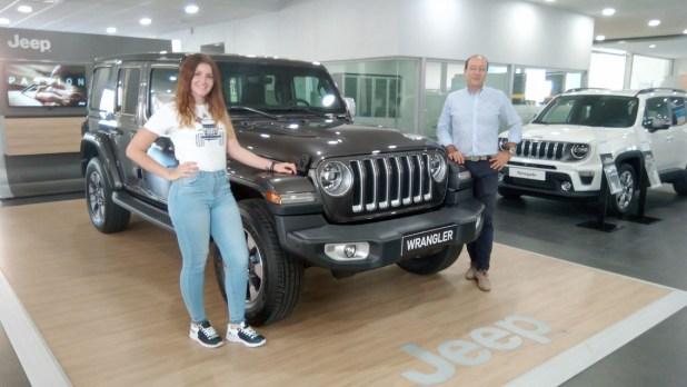 Francisco Llamas, Jefe de Ventas de Fimálaga, y Vanesa Gutiérrez, junto al nuevo Jeep Wrangler.