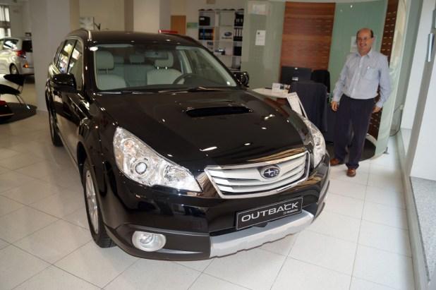 Manuel Cámara junto el Subaru Outback.
