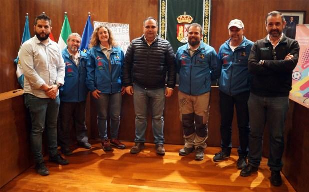 Representantes del Ayuntamiento de Pizarra con el equipo promotor del Campeonato Extremo 4x4 de Andalucía.