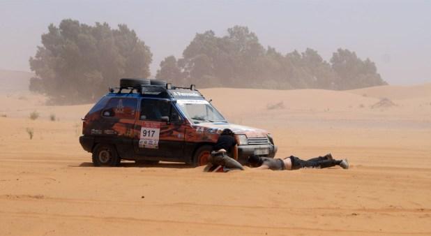 Las zonas de arena complicaron el paso de los turismos con tracción 4x2.