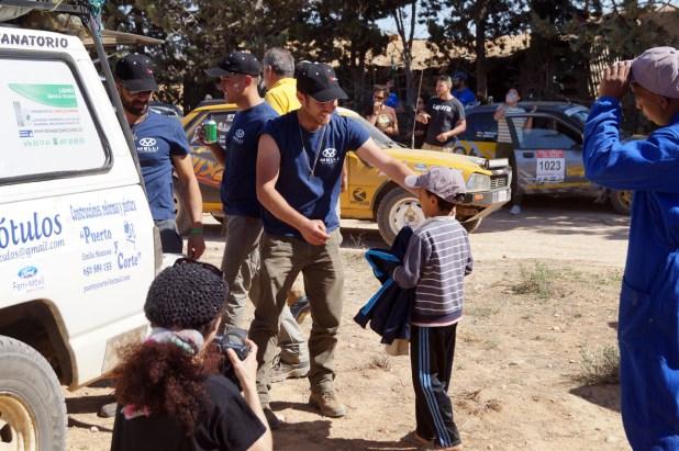 A lo largo de todo el recorrido los participantes entregan material solidario como objetivo fundamental del Rally.
