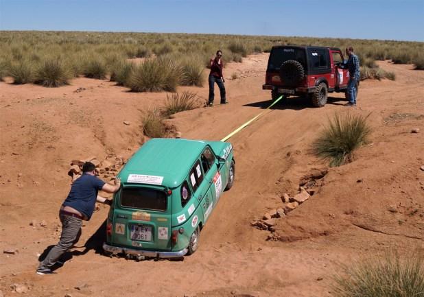 Los vehículos 4x4 en muchas ocasiones tuvieron que ayudar a sus compañeros con turismos en las zonas más difíciles.