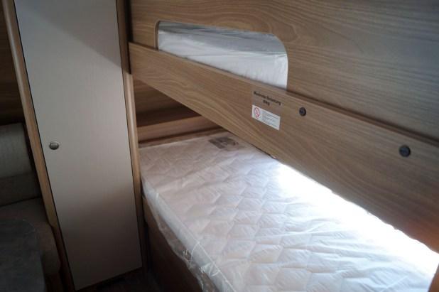 En el lado delantero encontramos dos amplias camas de litera para niños.