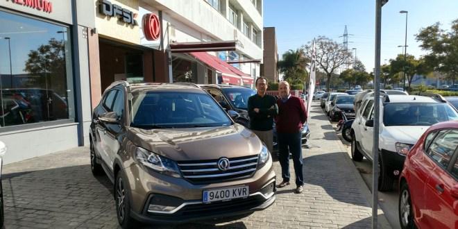 Izq. José María Cuadrado, delegado comercial de DFSK y Manuel Cámara, Jefe de Ventas de DFSK Málaga, junto al SUV 580.
