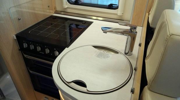 La cocina dispone de múltiples soluciones para guardar objetos y alimentos.