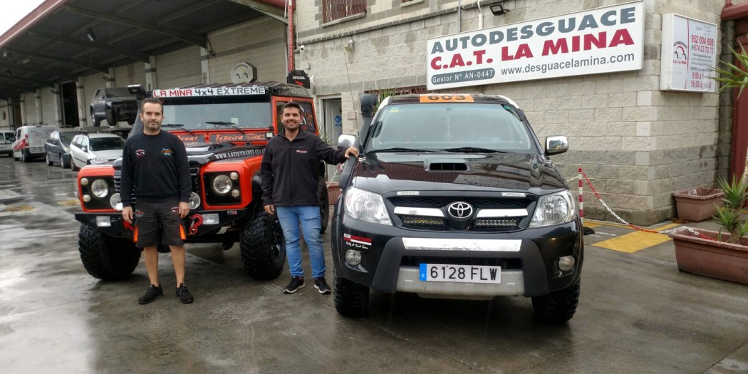 Carlos Ruiz y Salvador Rubén Serrano junto a los vehículos con los que participarán en el Rally de Cuenca Todo Terreno.