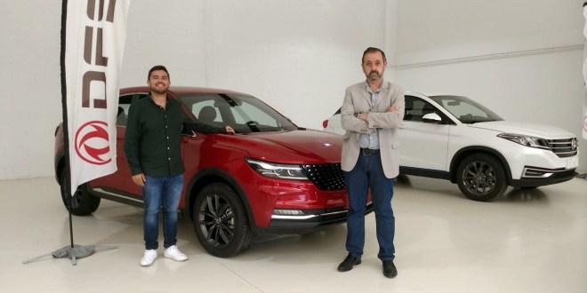Izquierda, Salvador Rubén Serrano, Campeón de España 2021 de Rallyes Todo Terreno, y, Alejandro Triviño, responsable de prensa y marketing de DFSK Málaga.