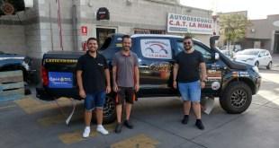De izquierda a derecha, Salvador Rubén Serrano, piloto, Carlos Ruiz, gerente Autodesguace CAT La Mina, y, Juan Miguel Amaya, copiloto.