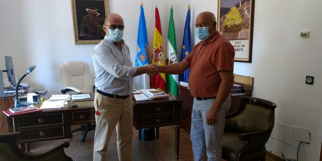 Izquierda, Manuel Cámara, jefe de ventas de DFSK Málaga, derecha, Obdulio Pérez, alcalde de Cómpeta, en la presentación del nuevo vehículo.