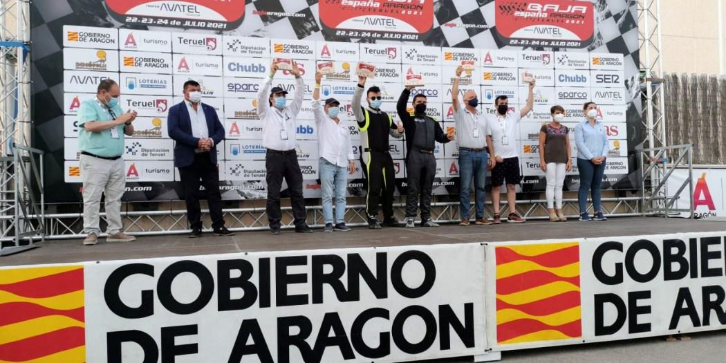 Salvador Rubén Serrano y Juan Miguel Amaya en el podio de la Baja España Aragón 2021.