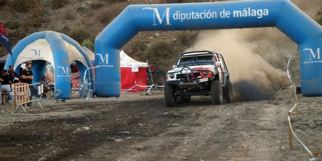 El equipo Team Zapatito 4x4 a su paso por el arco de meta.