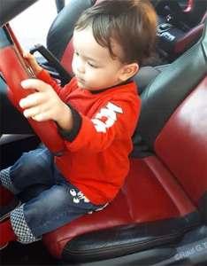 bebé en coche conduciendo