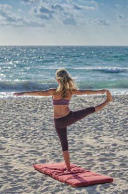 Yoga am Strand praktizieren