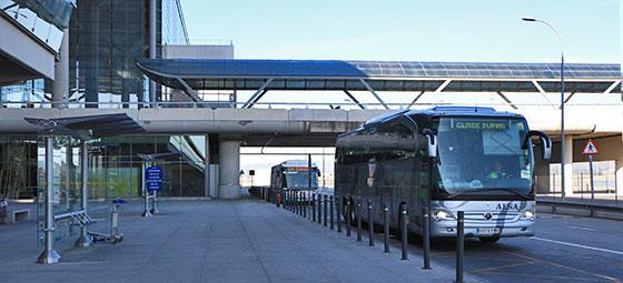 parada de autobús en el aeropuerto
