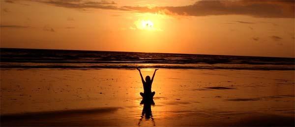 disfrutando de un amanecer en la playa