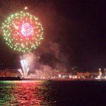 Foto de fuegos artificiales de la feria de Málaga desde un barco