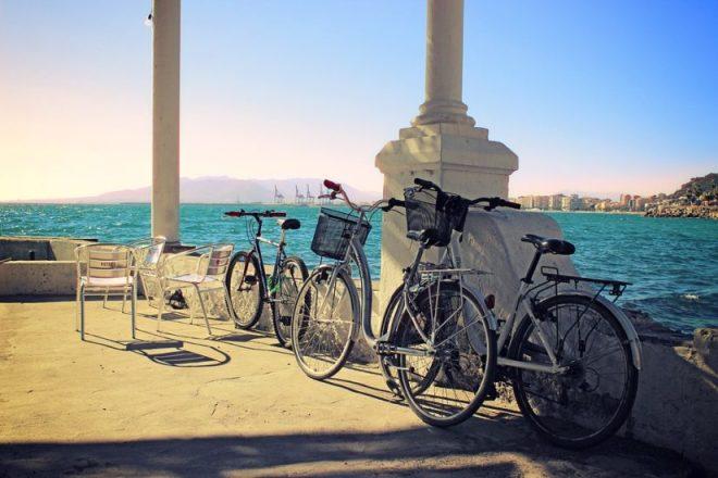 Paseando en bicicleta junto al mar en Malaga