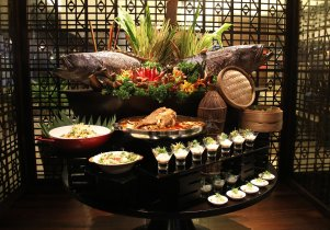 doubletreebyhiltonkl_makan-kitchen_giant-estuary-grouper-display-with-5-dishes